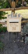 boîte aux lettre sur son trône de fer